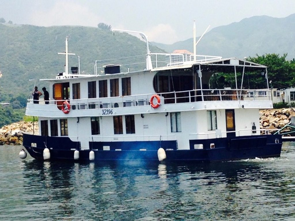 Cruiser Houseboat