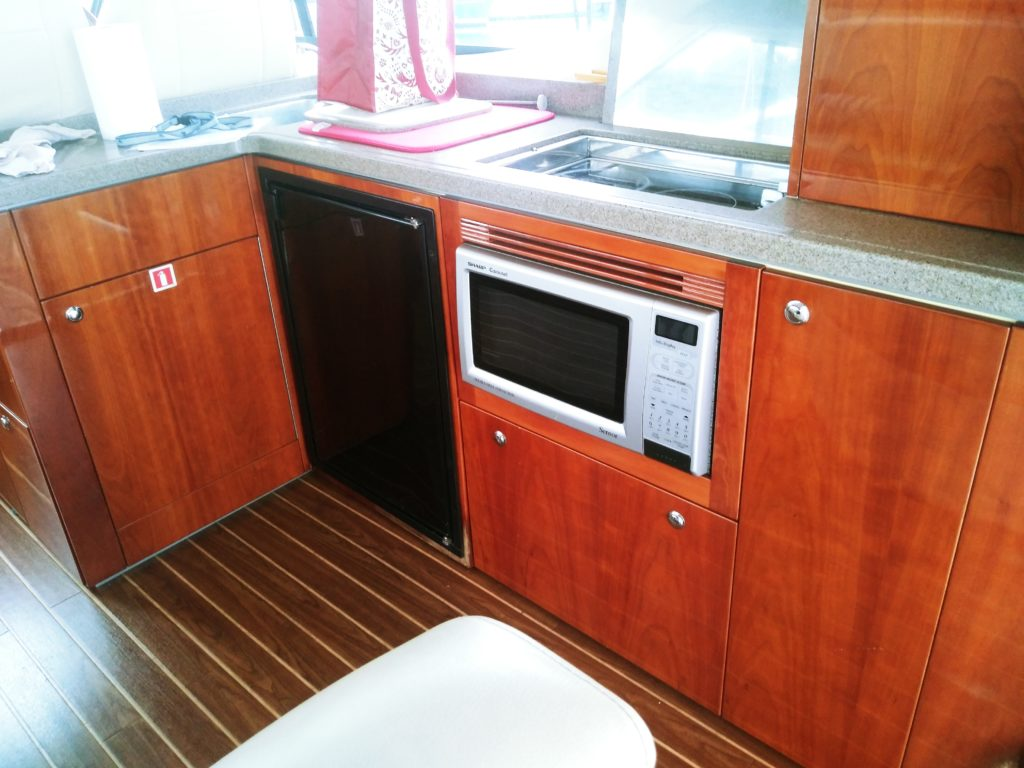 2008 Riviera 4400 Sports boat - Galley